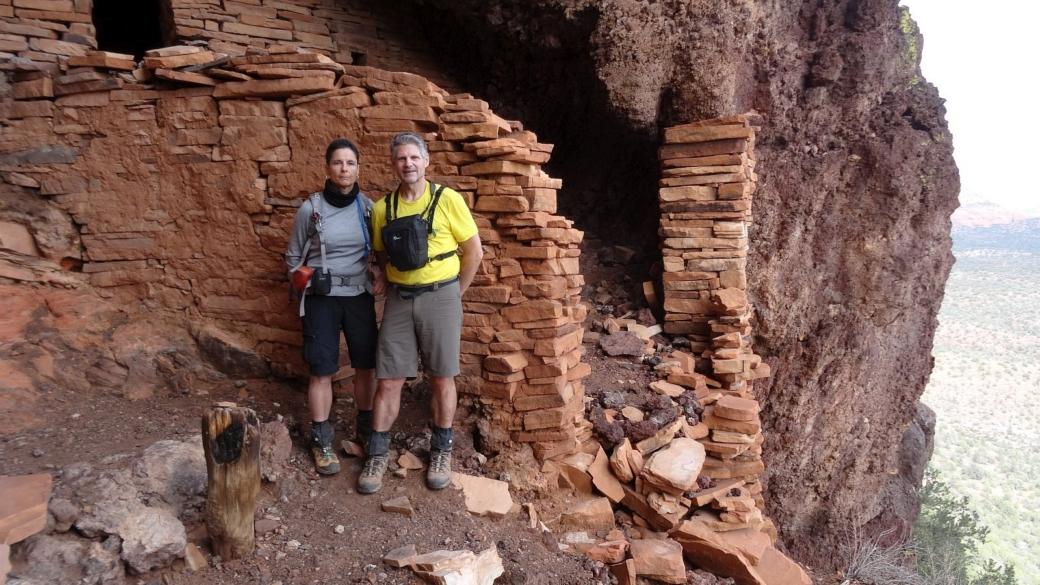 Stefano et Marie-Catherine devant les ruines de Sycamore Canyon, près de Sedona, dans l'Arizona.