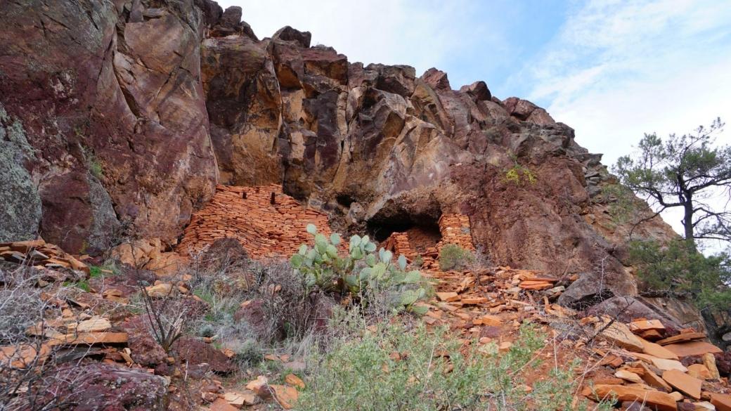 Vue depuis le bas des ruines de Sycamore Canyon, près de Sedona, dans l'Arizona.