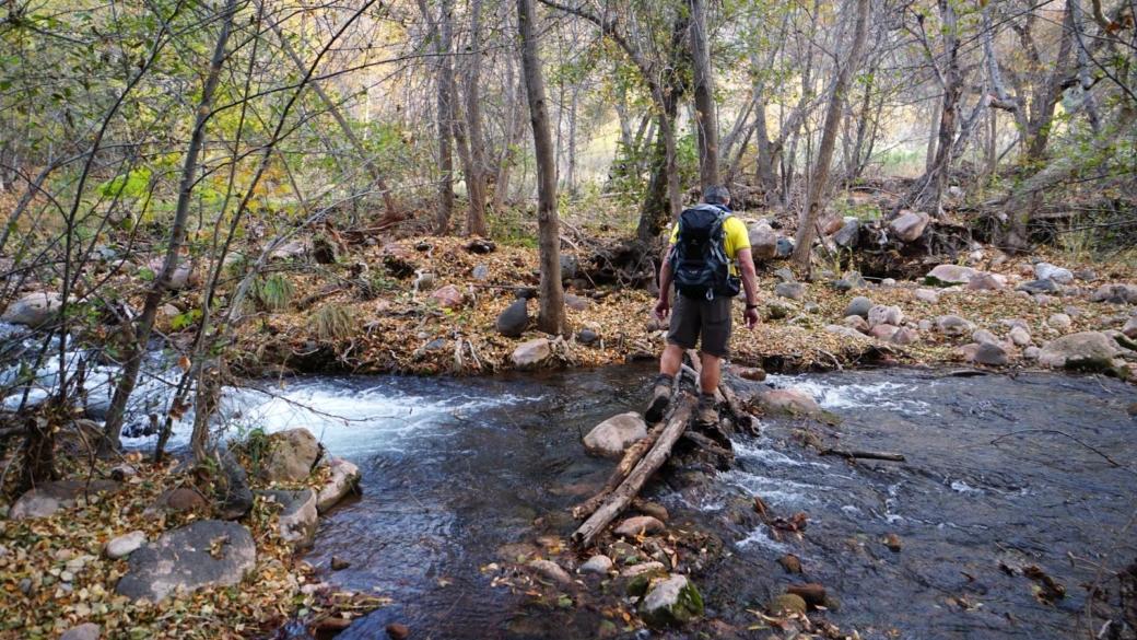 Stefano traversant une rivière en crue... Sur le Packard Trail, près de Sedona, dans l'Arizona.