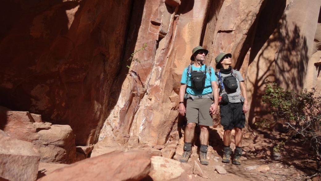Stefano et Marie-Catherine à Loy Canyon, près de Sedona, dans l'Arizona. Les pétroglyphes ont été vandalisés.