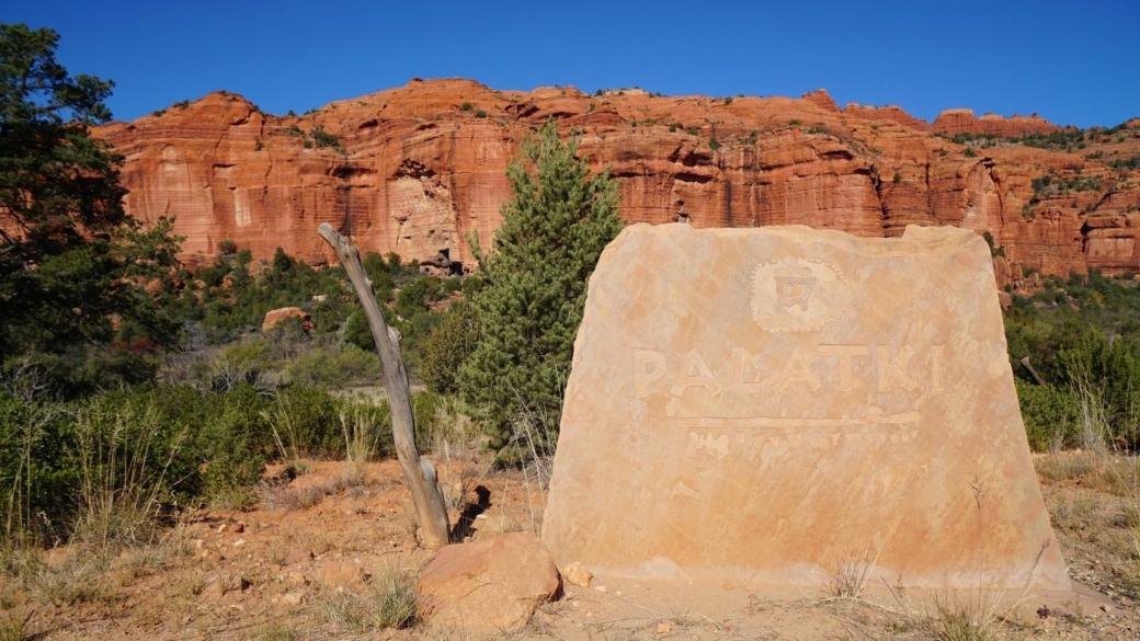 Ce panneau en pierre se trouve à l'entrée de Palatki Heritage Site, près de Sedona, dans l'Arizona.