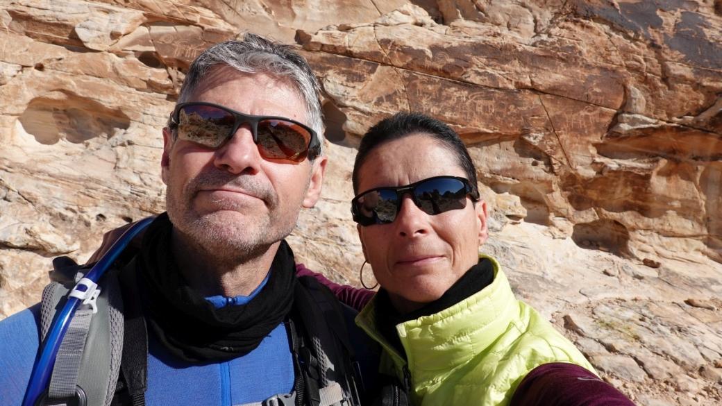 Stefano et Marie-Catherine devant le Twenty-one Goats Panel, à Gold Butte National Monument.