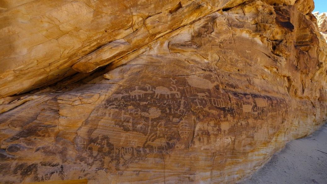 Vue sur l'immense panneau de Kohta Circus, situé à Gold Butte National Monument, dans le Nevada.