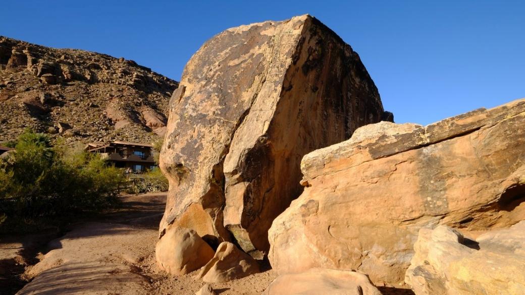 Le rocher où se trouvent les pétroglyphes du Bloomington Petroglyph Park, à St. George, Utah.