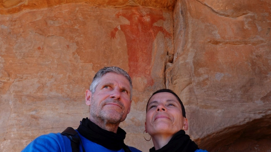 Stefano et Marie-Catherine devant Red Man Panel, dans le Fort Pearce Wash, près de St. George, Utah.
