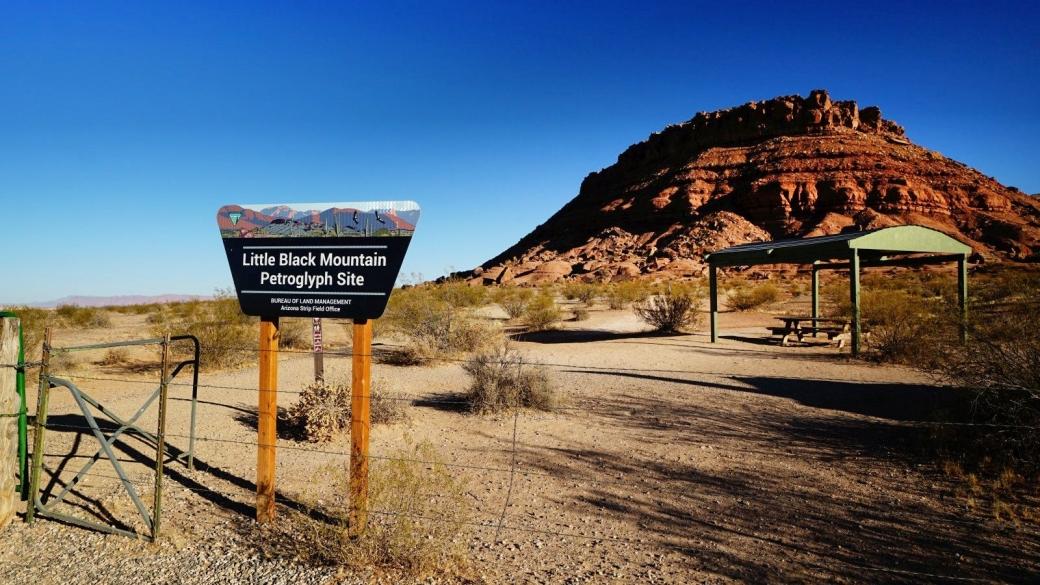 Panneau à l'entrée du Little Black Mountain Petroglyph Site, vu depuis le parking.