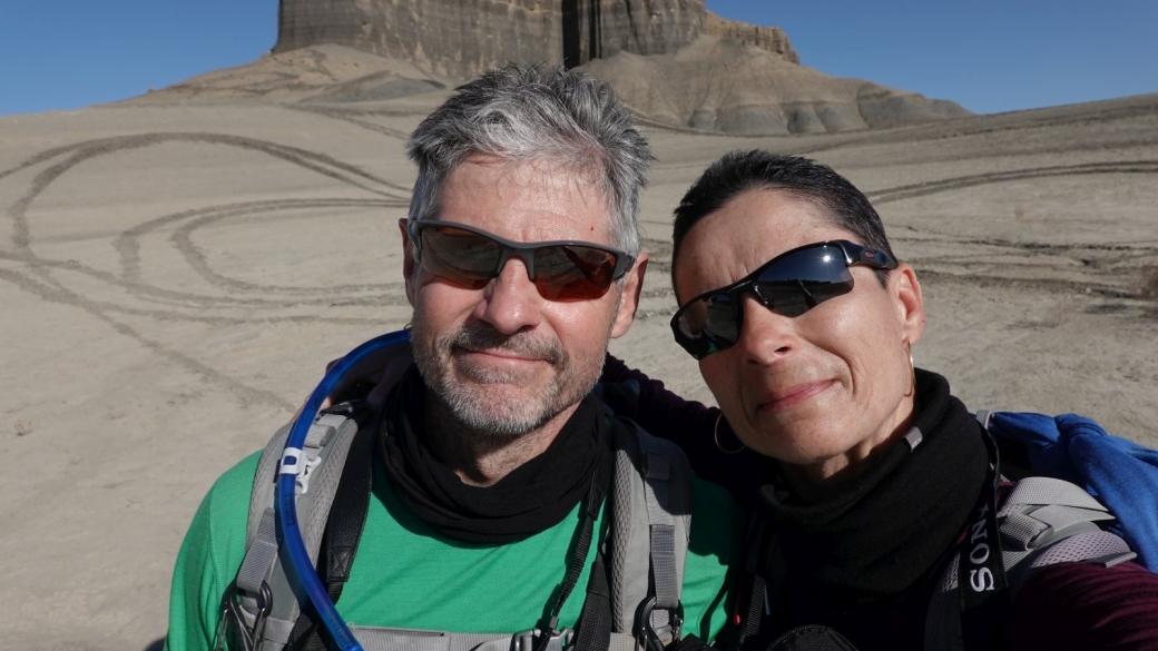 Stefano et Marie-Catherine à proximité de Long Dong Silver, une aiguille de roche noire située près de Caineville, dans l'Utah.