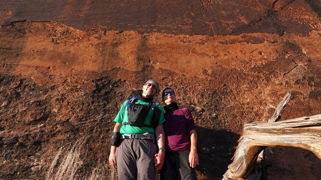 Stefano et Marie-Catherine devant le Hunt Panel, à Cedar Mesa, Utah.