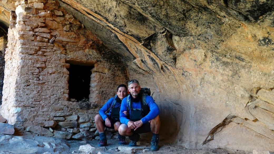Stefano et Marie-Catherine devant les ruines du site de Over and Under Ruins, près de Blanding.