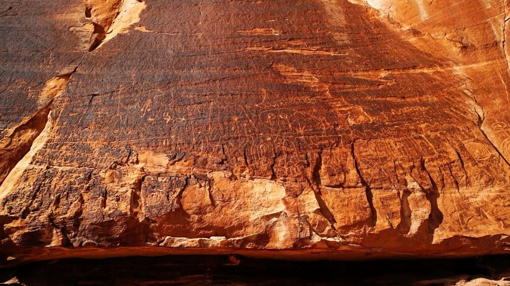 Le côté droit du Railroad Panel, comprenant des pétroglyphes plus anciens.