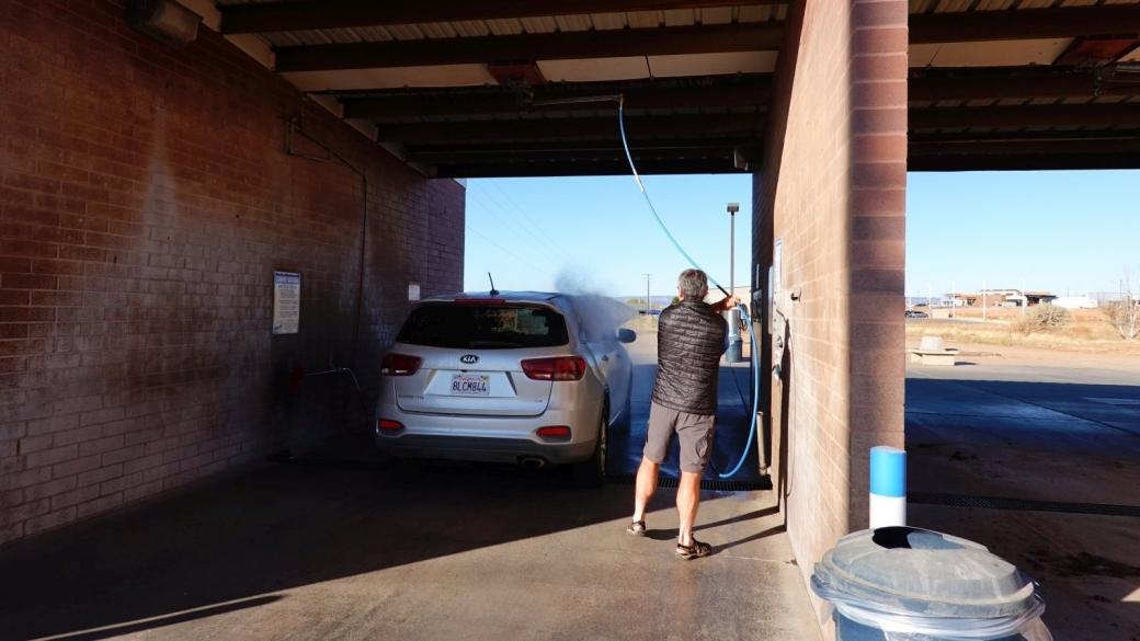 Stefano en train de laver la voiture avant de quitter Blanding.