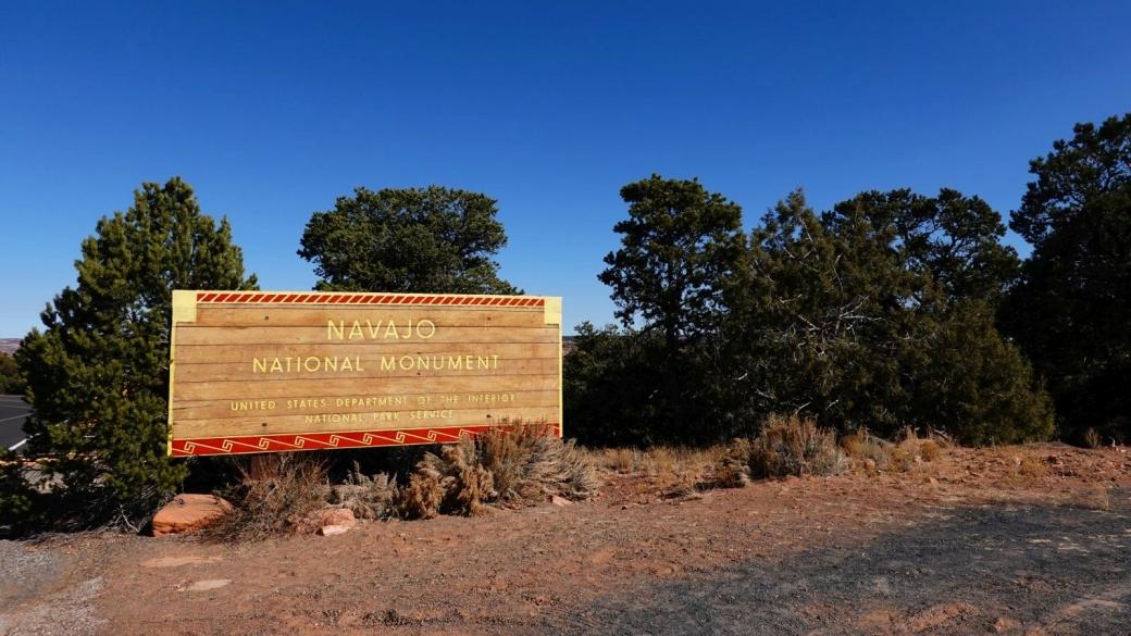 Joli panneau en bois à l'entrée principale du Navajo National Monument.