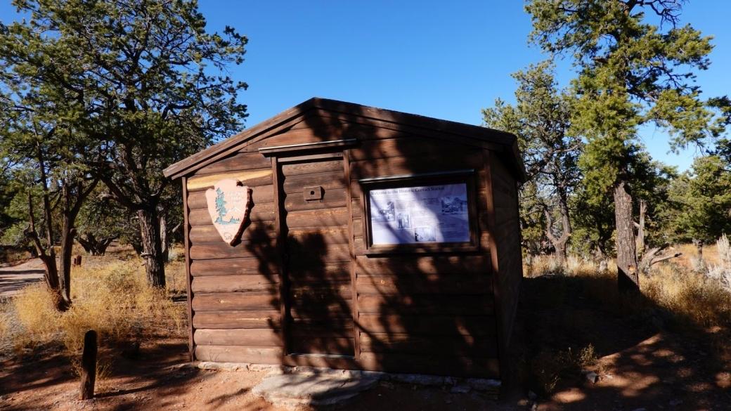 Microscopique, l'ancien visitor center du Navajo National Monument.