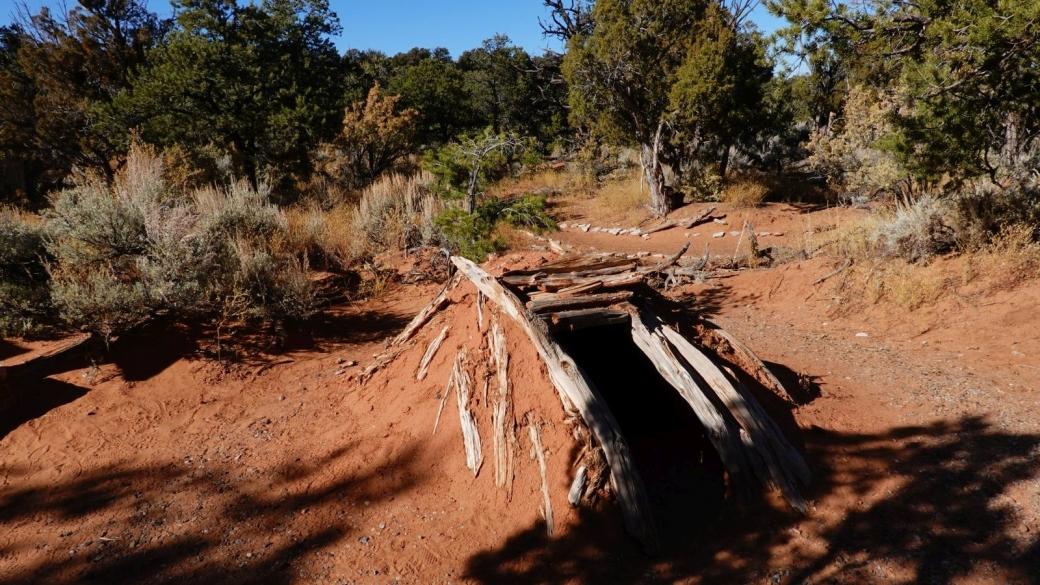 """Une """"sweat lodge"""" reconstruite, derrière le visitor center du Navajo National Monument."""