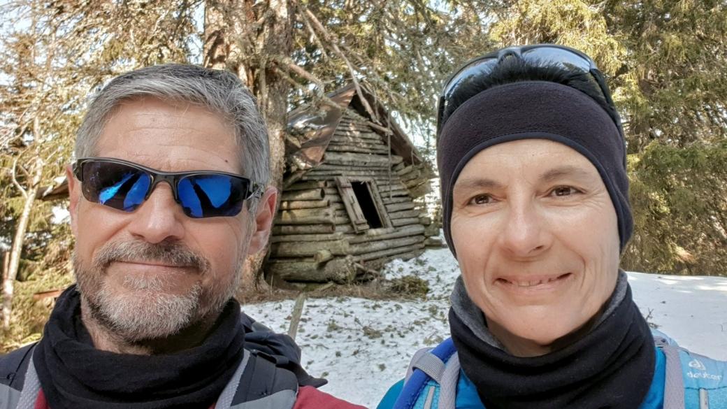 Stefano et Marie-Catherine devant La Soldanelle, une cabane en rondins abandonnée.
